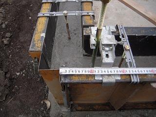 立上りコンクリート打ち—ボルト設置.jpg
